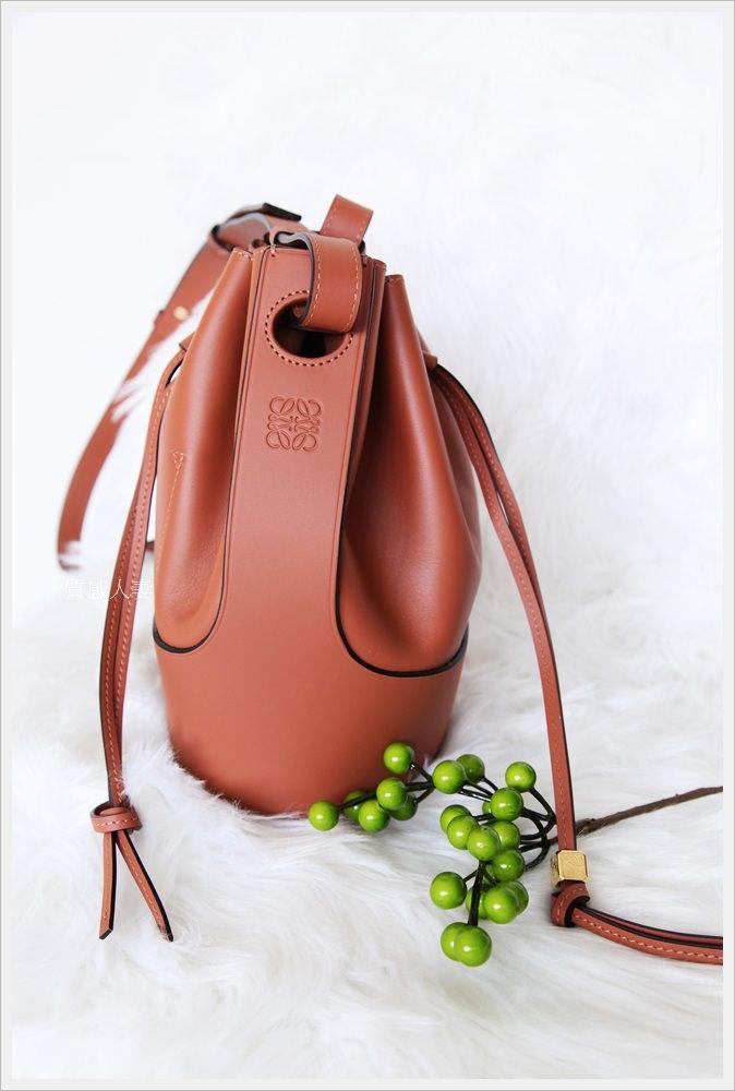 LOEWE balloon bag氣球水桶包開箱,內容實測/ 價錢/ 尺寸,在Farfetch挖到的最新夯包!!