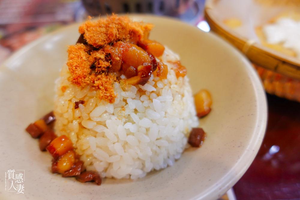 深坑第一家臭豆腐吃過了嗎?三拾堂食府在百年老屋裡品嘗庶民美食,豆腐先炸再紅燒,超有嚼勁的扎實口感。