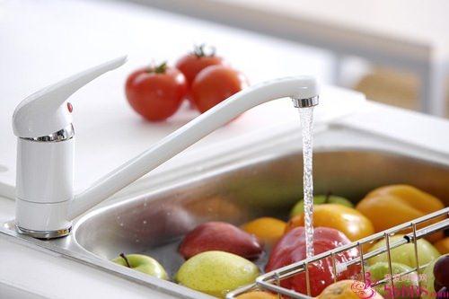 轉錄。跟著譚敦慈一起把蔬菜水果洗乾淨