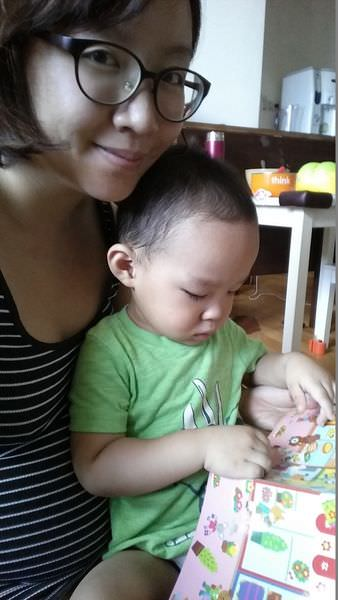 帶寶寶外出用餐的必備玩具1-令人又愛又恨的LIEBAM貼紙書!!